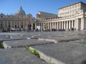 Площадь Святого Петра – необъятная, с огромными колоннами, возведенными в строгой симметрии, и величественной Базиликой Святого Петра в самом центре.